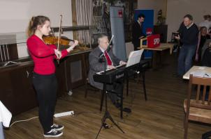 Theresa und Dr. Günther Strobel eröffnen den Vormittag musikalisch, Christoph Rösch begrüßt.