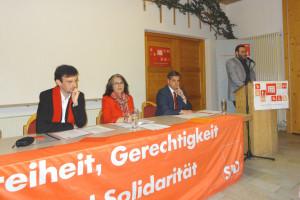 Hans Unger während seines Berichts; im Präsidium: Christoph Rösch, Petra Hinkl und Jürgen Arnold