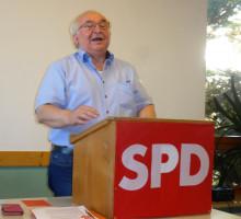 Michael Rehbogen gibt die Zahl der anwesenden Delegierten bekannt.